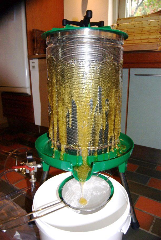 Vandpressen bruger vandtrykket fra vandforsyningen at at trykke honningen fri af tavlerne. Der er ingen kontakt mellem vand og honning/voks.